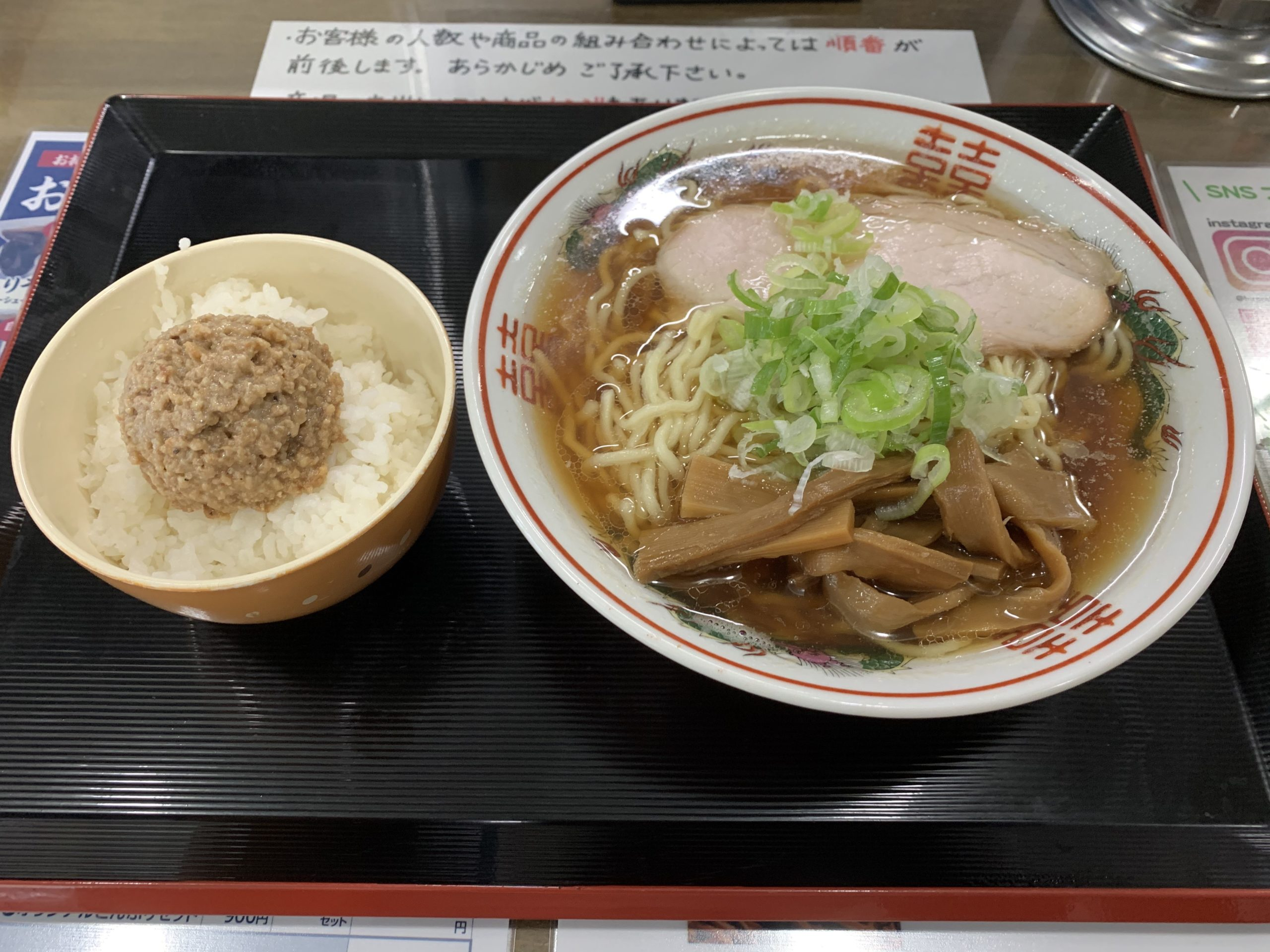 弘前大勝軒の煮干しラーメン醤油とそぼろライスセット
